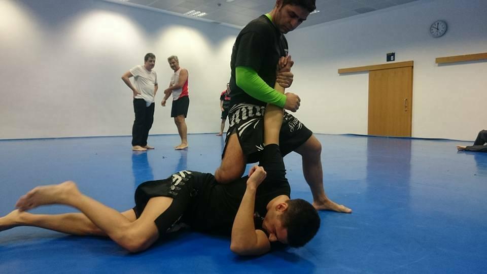defensa contra un puñetazo y un collar lateral